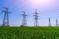 Líneas eléctricas de alto voltaje en la puesta del sol Estación de la distribución de la electricidad foto de archivo libre de regalías