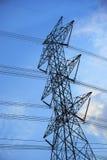 Líneas eléctricas de alto voltaje en nublado Foto de archivo libre de regalías