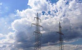 Líneas eléctricas de alto voltaje 110 kilovoltios en fondo nublado del cielo de la tarde Imagen de archivo