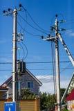 Líneas eléctricas eléctricas de la columna en fondo del cielo fotos de archivo