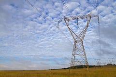Líneas eléctricas de la madrugada foto de archivo libre de regalías