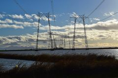 Líneas eléctricas del camino Fotos de archivo