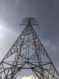Líneas eléctricas eléctricas de alto voltaje en los pilones Imágenes de archivo libres de regalías