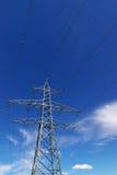 Líneas eléctricas eléctricas en cielo Imágenes de archivo libres de regalías