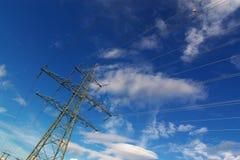 Líneas eléctricas eléctricas en cielo Fotos de archivo