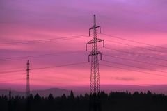 Líneas eléctricas eléctricas en cielo Corriente eléctrica y energía alternativa Fotografía de archivo