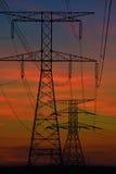 Líneas eléctricas eléctricas en el amanecer Fotos de archivo