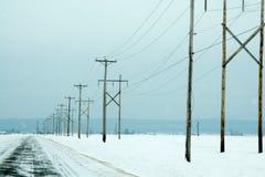 Líneas eléctricas eléctricas en invierno Foto de archivo libre de regalías