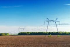 Líneas eléctricas en campo Electrosupply Imágenes de archivo libres de regalías