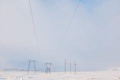Líneas eléctricas en invierno Fotos de archivo