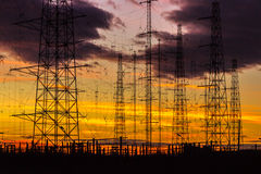 Líneas eléctricas en la oscuridad Foto de archivo libre de regalías