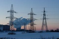 Líneas eléctricas en la puesta del sol Foto de archivo