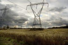 Líneas eléctricas en tarde tempestuosa Imagenes de archivo