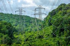 Líneas eléctricas en una zona rural imagen de archivo