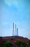Líneas eléctricas encima de la colina Fotografía de archivo libre de regalías