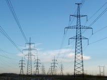 Líneas eléctricas negras metálicas del palo Foto de archivo