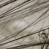 Líneas eléctricas torcidas, cielo nublado como fondo, entonando fotos de archivo libres de regalías