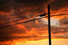 Líneas eléctricas vistas en la puesta del sol Fotos de archivo libres de regalías