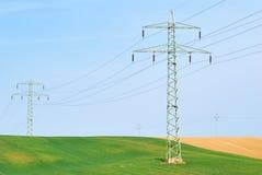 Líneas eléctricas y campos de alto voltaje Imagenes de archivo