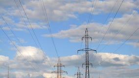 Líneas eléctricas y cielo con las nubes almacen de video