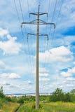 Líneas eléctricas y cielo nublado Imágenes de archivo libres de regalías