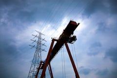 Líneas eléctricas y equipo de elevación industrial con un pesado y un cl Imágenes de archivo libres de regalías