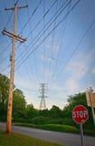 Líneas eléctricas y muestra de la parada Foto de archivo libre de regalías