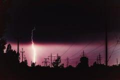 Líneas eléctricas y relámpago de alto voltaje imagen de archivo libre de regalías