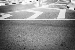 Líneas en el camino Líneas de la curva en el camino Imagen de archivo libre de regalías