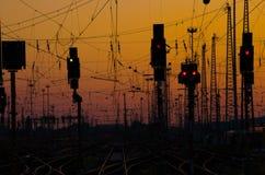 Líneas ferroviarias en la puesta del sol Imagenes de archivo