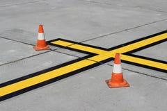 Líneas frescas en la plataforma del aeropuerto del estacionamiento Imagen de archivo