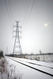Líneas hidráulicas a lo largo de pistas del tren en invierno Imagen de archivo