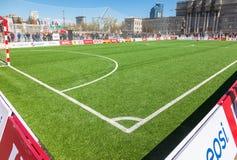 Líneas marca blancas en hierba verde en el fie del fútbol o del fútbol Fotos de archivo