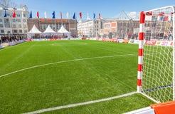 Líneas marca blancas en hierba verde en el fie del fútbol o del fútbol Imágenes de archivo libres de regalías