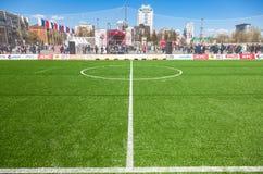 Líneas marca blancas en hierba verde en el fie del fútbol o del fútbol Foto de archivo libre de regalías