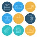 Líneas planas iconos que hacen compras, comercio electrónico Imagen de archivo