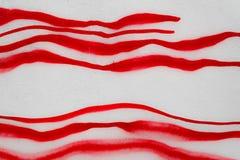 Líneas rojas dibujadas con la pintura Imagenes de archivo