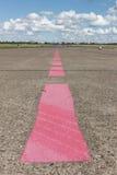 Líneas rosadas en pista Imagen de archivo libre de regalías