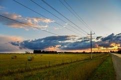 Líneas telefónicas en el país que lleva en la puesta del sol Imagen de archivo