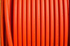 Líneas verticales de la tubería anaranjada Foto de archivo libre de regalías