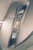 Líneas y ángulos de la escalera moderna del embudo Imagenes de archivo