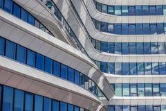 Líneas y curvas de un edificio de oficinas moderno en Groninga fotografía de archivo