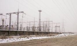 Líneas y pilones de la distribución de la corriente eléctrica Imagen de archivo