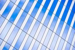Líneas y reflexiones angulosas sobre el vidrio imágenes de archivo libres de regalías