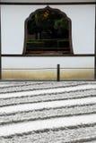Líneas y ventana rastrilladas de la arena Foto de archivo libre de regalías