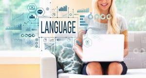 Língua com a mulher que usa um portátil foto de stock