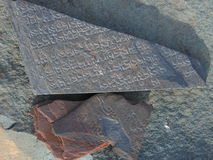Língua tibetana cinzelada na pedra de Marnyi Imagens de Stock Royalty Free