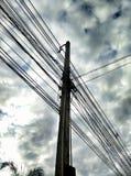 Lío del cielo del poste del alambre al aire libre Imágenes de archivo libres de regalías
