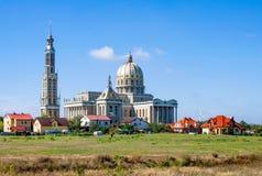Líquene, Poland Igreja extremamente grande em uma vila pequena Imagens de Stock