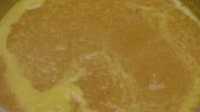 Líquido amarelo com estouro de bolhas video estoque